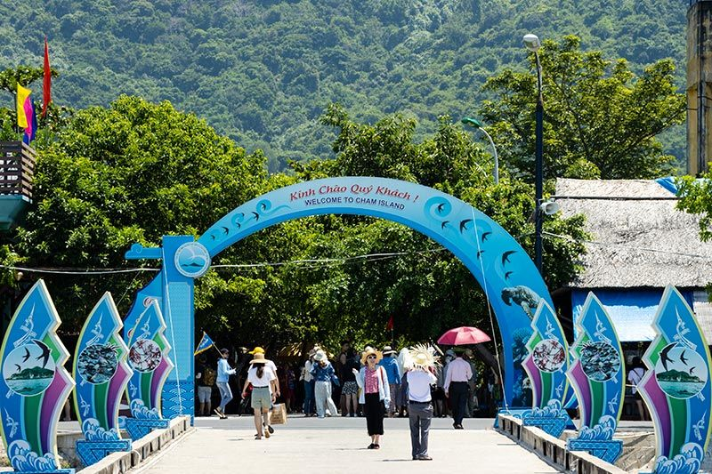 Tourists arriving at Cham Island's pier